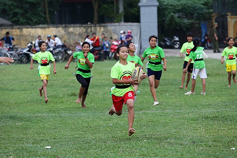 Oanh running fast with rugby ball in a game